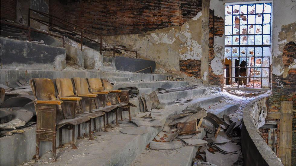 An%20abandoned%20theater%20in%20Gary%2C%20Ind..jpg